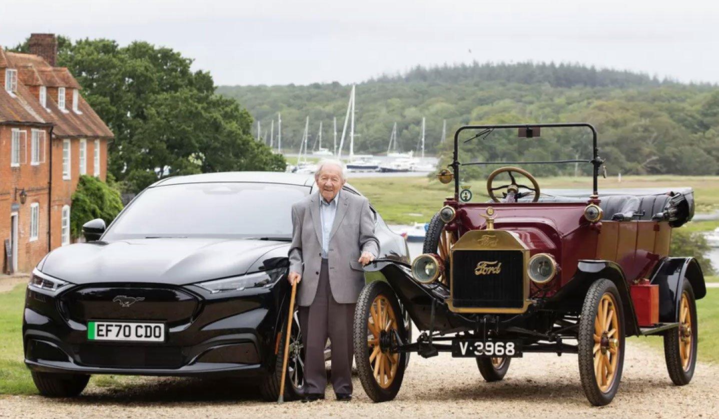 Sceglie Ford per oltre 90 anni: a 101 anni guida la Mustang Mach-E